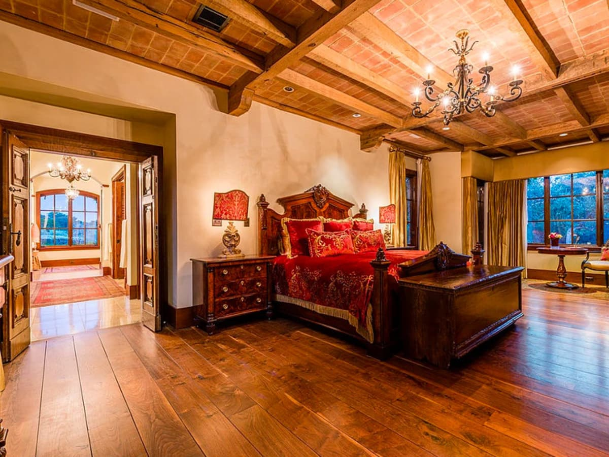 Mandola's estate in Austin master bed