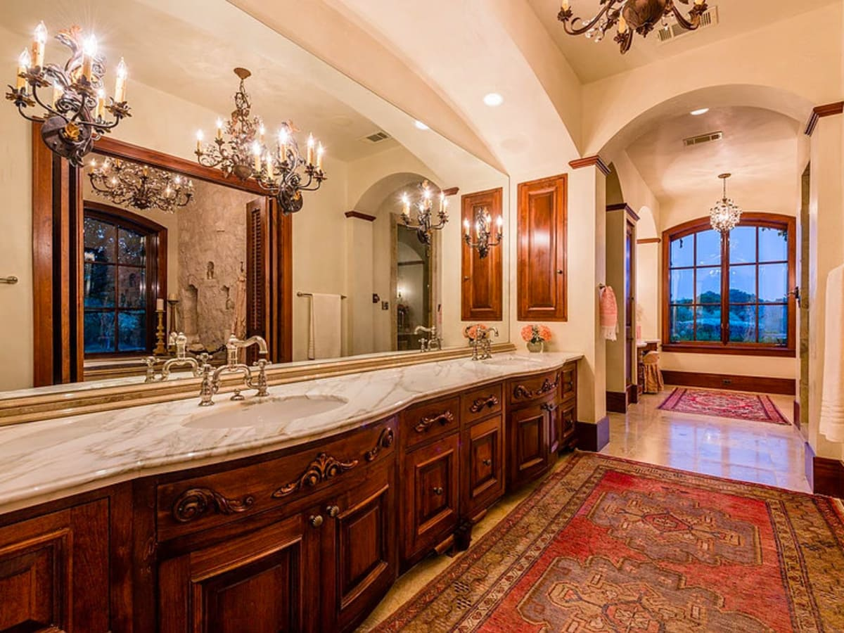 Mandola's estate in Austin bathroom