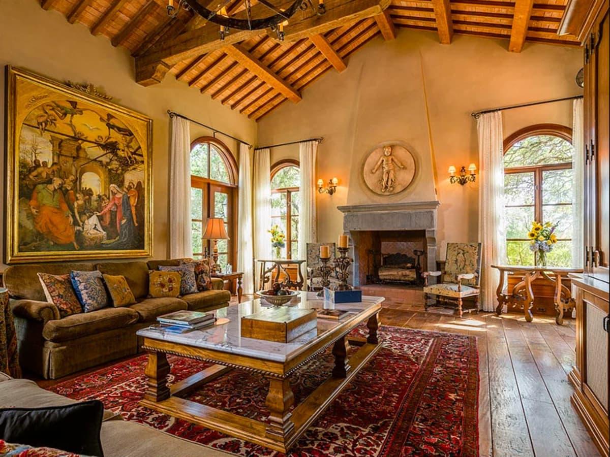 Mandola's estate in Austin living room
