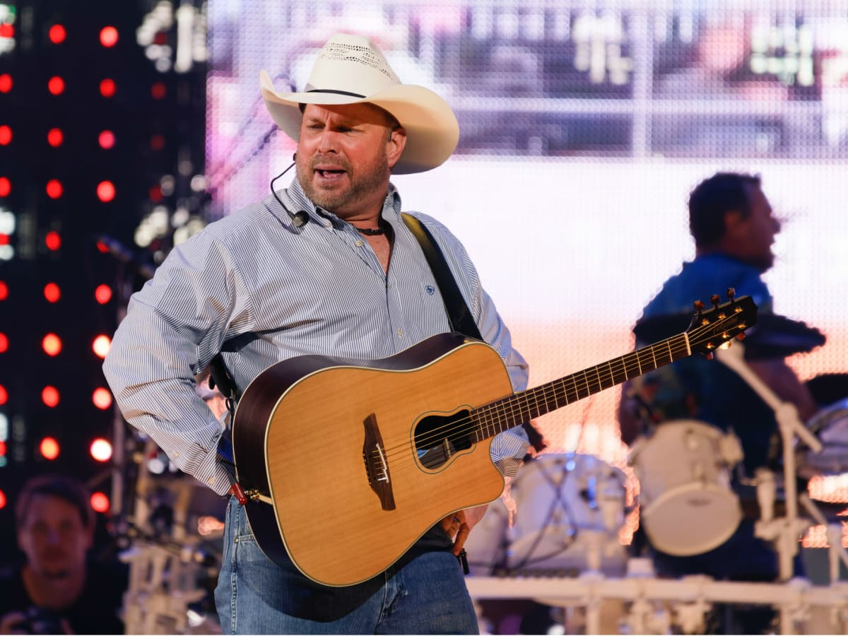 Garth Brooks opening night RodeoHouston pose