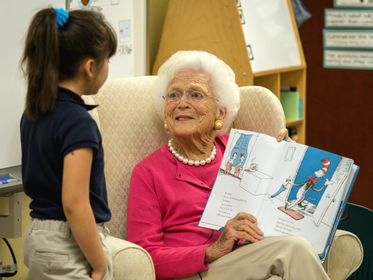 Barbara Bush reads aloud to student