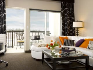News_AVIA Hotels_The Woodlands_living room