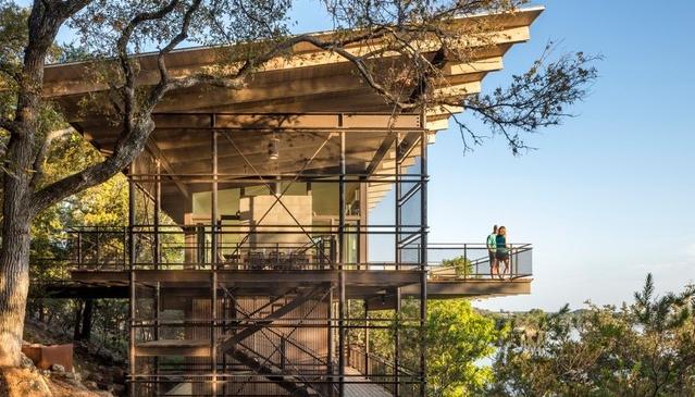 Stunning house of glass rises near Austin to maximize lake views