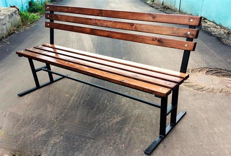 Скамейка со обожженными досками