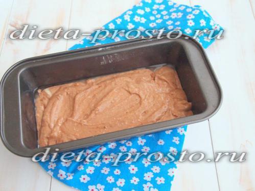 Вылить в форму шоколадное тесто