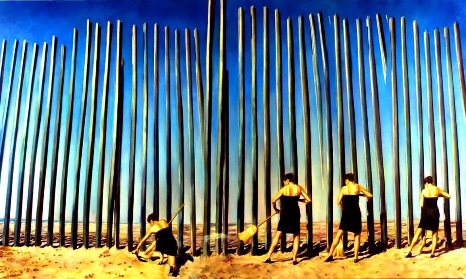 Ana Teresa Fernández - Mujeres con vestido negro barriendo arena en un desierto frente a una barda de bambú