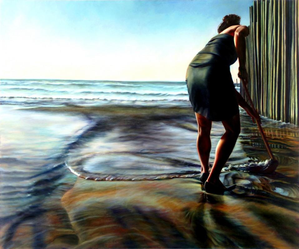 Ana Teresa Fernández - Mujeres con vestido negro trapeando agua del mar a un lado de una barda de bambú