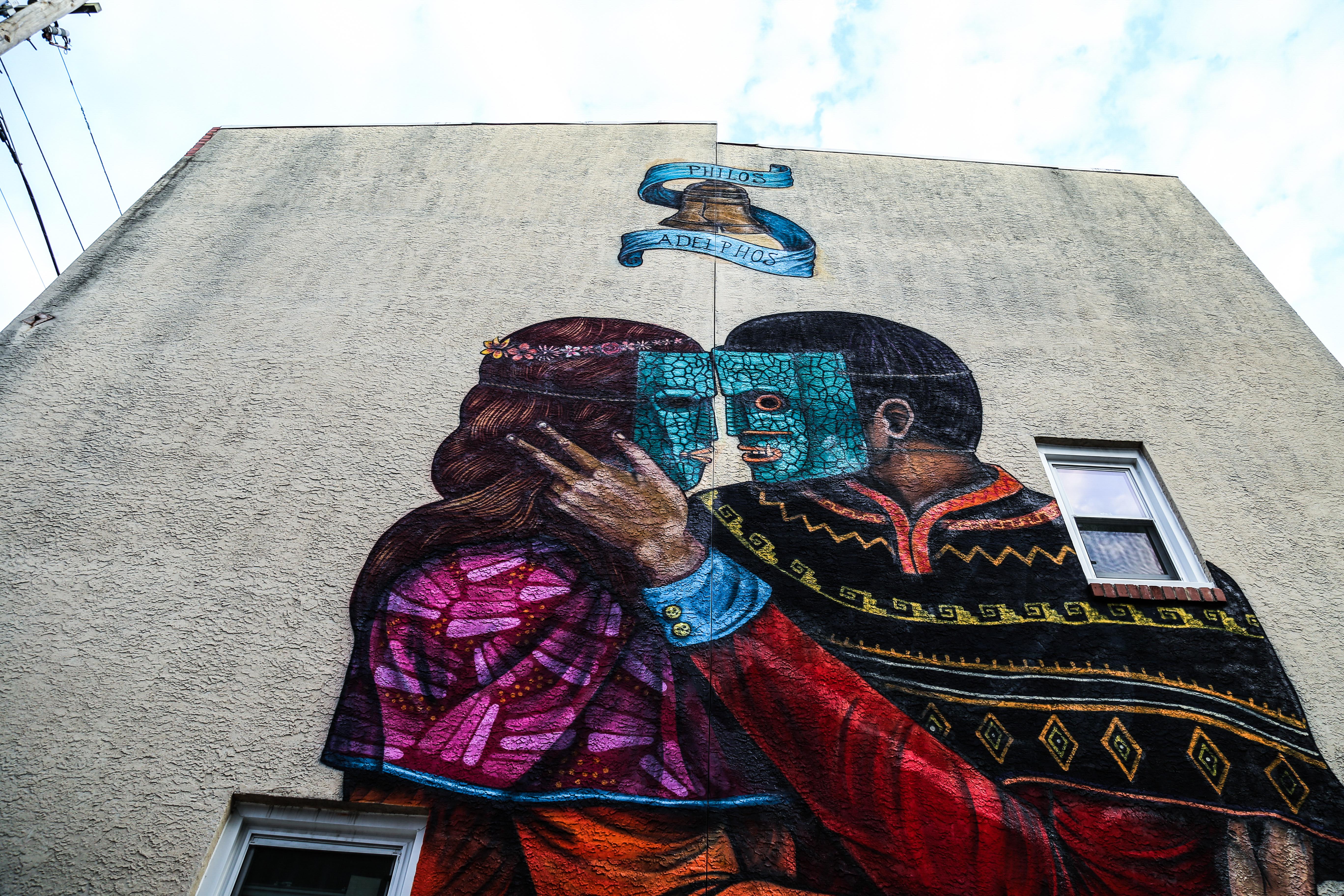 Edgar Flores Saner - Mural de una mujer enmascarada que besa a un hombre enmascarado