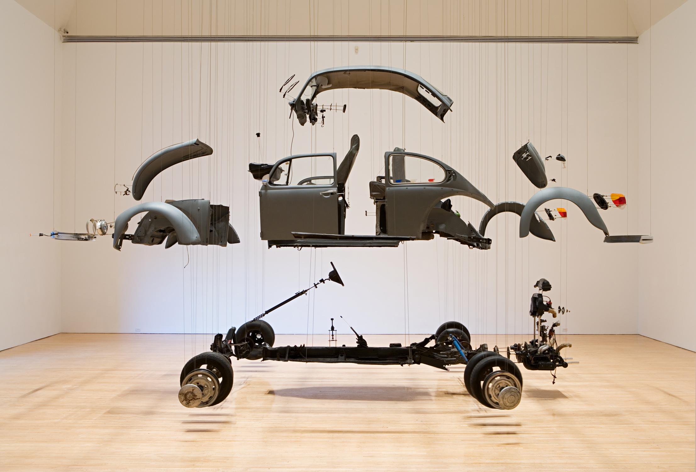 Damián Ortega - instalación de las partes de un volkswagen suspendidos por hilos transparentes