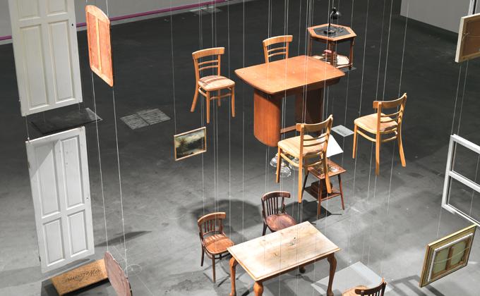 Damián Ortega - instalación de un comedor con sus sullas suspendidos por hilos transparentes