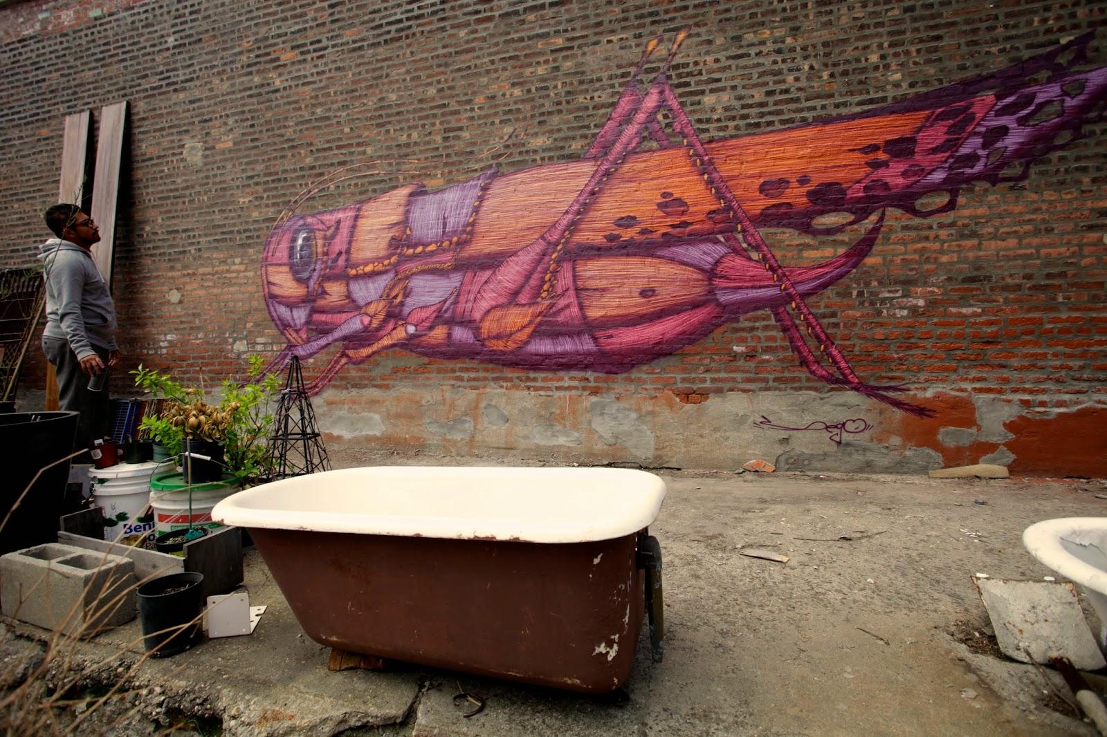 Chapulín en mural con tonos púrpuras y anaranjados