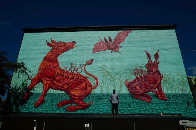 Sego Ovbal - Bestias nórdicas - Mural de murciélago, liebre y lobo de color rojo sobre fondo turquesa