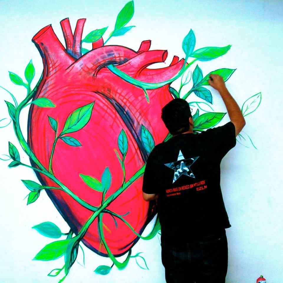 Dante Aguilera - fotografía de Dante pintando un corazón en un muro