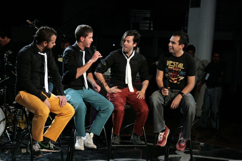 Liquits - fotografia con los tres miembros de la banda siendo entrevistados