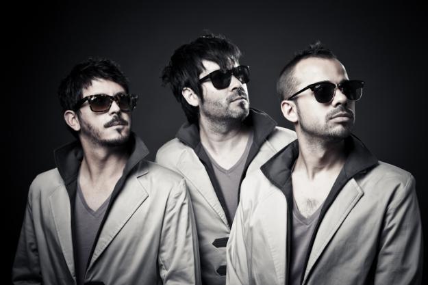 Liquits - fotografia con los tres miembros de la banda mirando hacia la izquierda