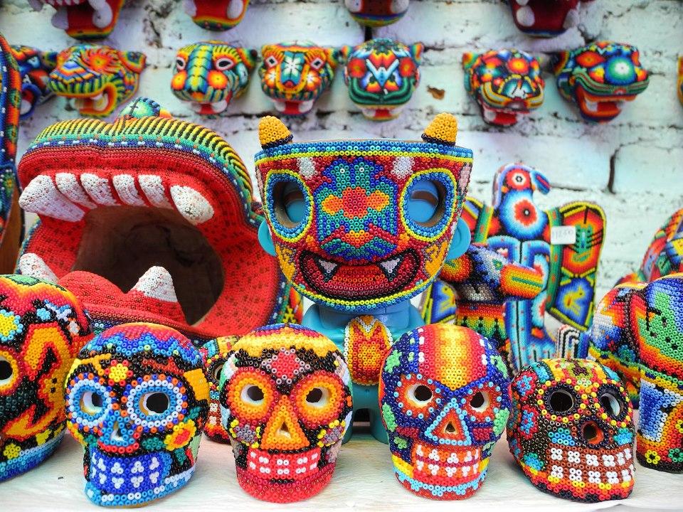 Erick Morales Dr. Morbito - fotografía de cráneos decorados con chaquira