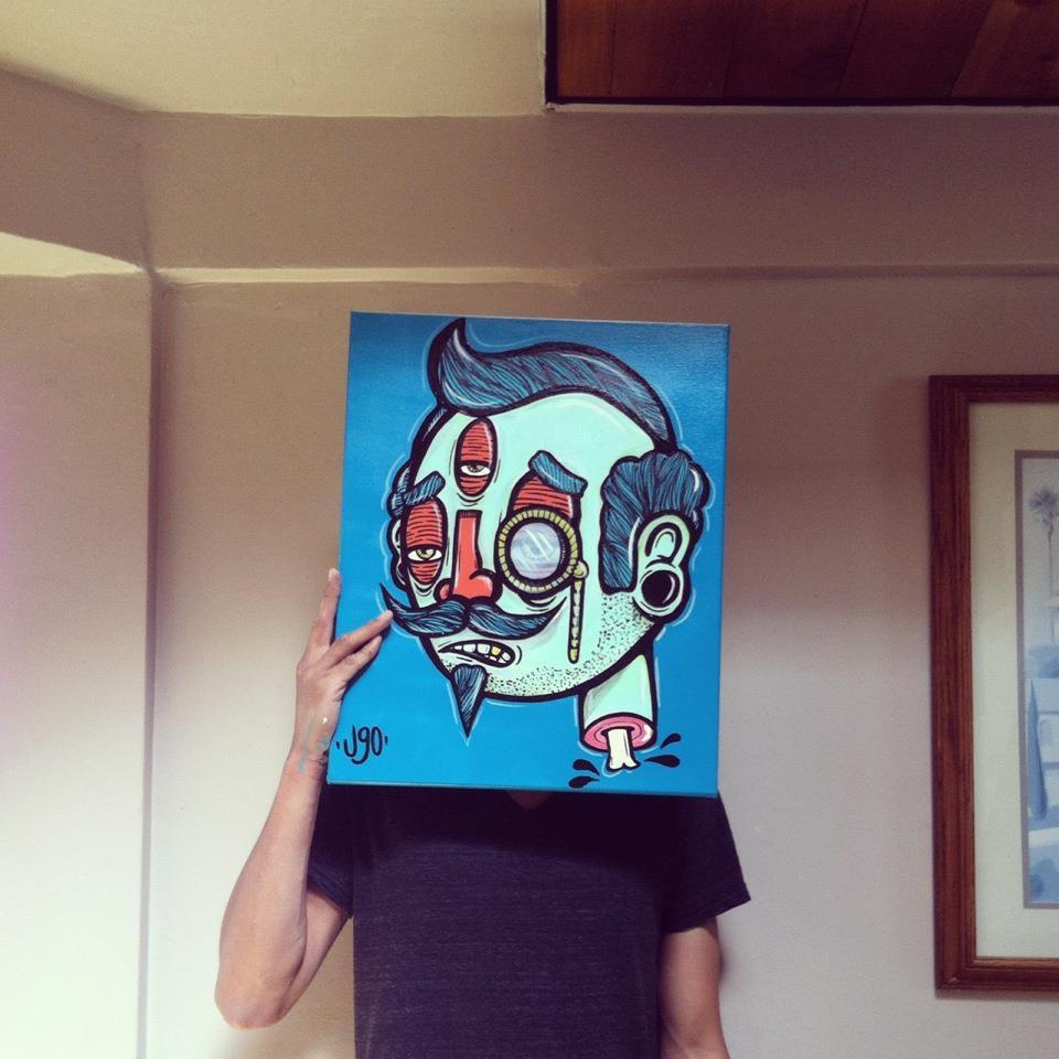 Ugo Villegas - foto de ugo sosteniendo una ilustración frente a su rostro con un retrato en tonalidades azules y verdes