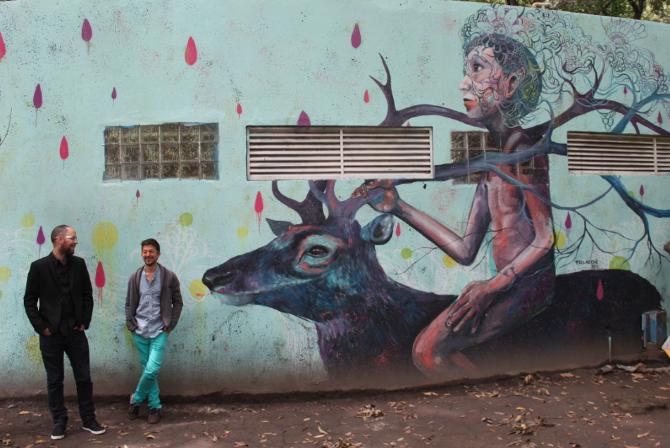 Jorge Tellaeche -Fotografía del mural de niño montando un venado en pared azul turquesa con Jorge Tellaeche