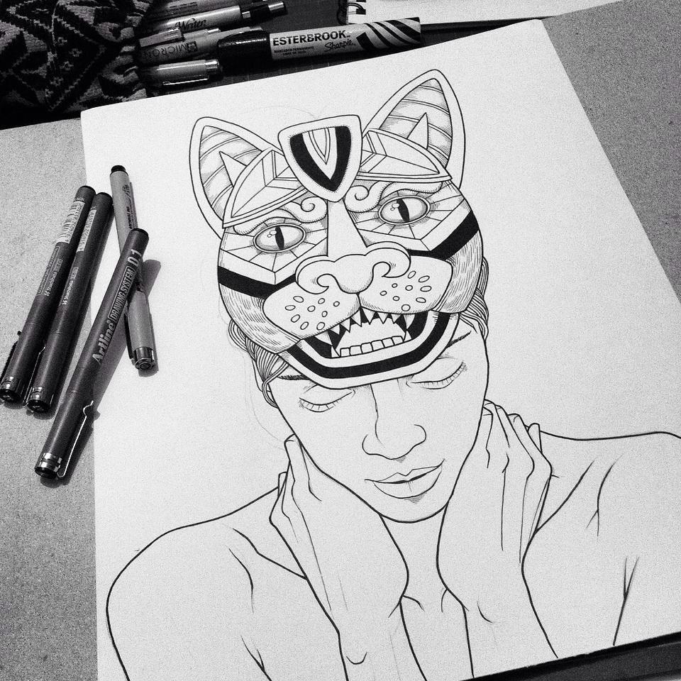 Héctor Reez - Fotografía de ilustración de retrato de un hombre con máscara en su frente y plumones a un lado