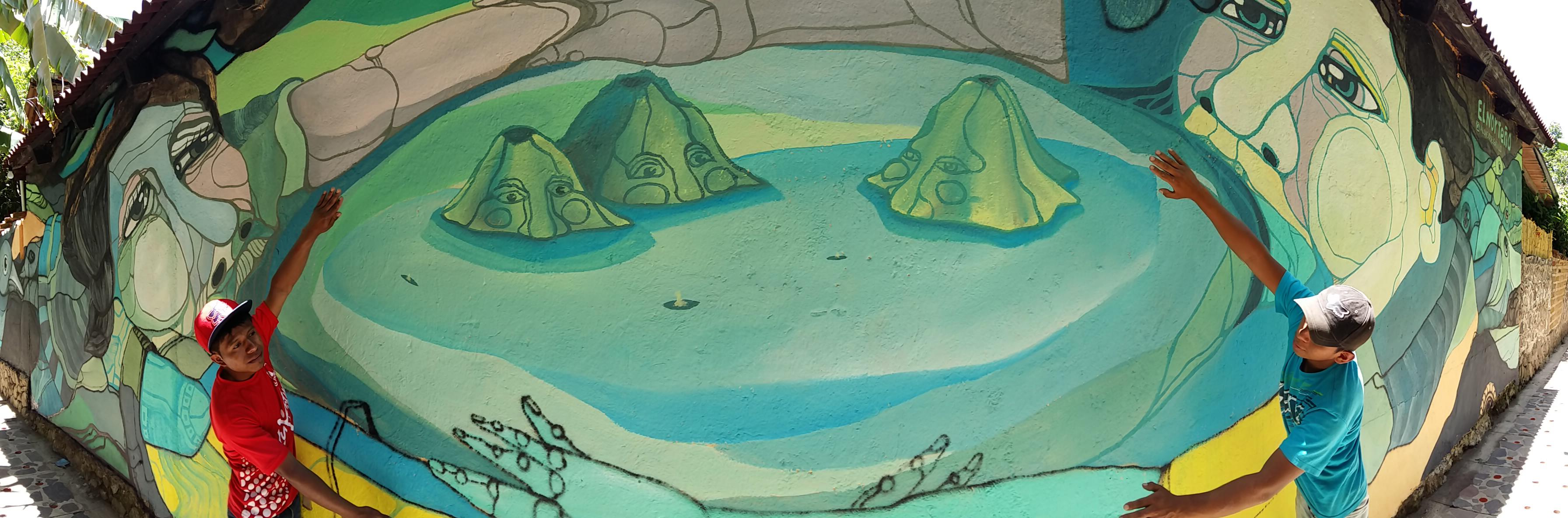 Alonso Delgadillo - Atitlán - Un lago abrazado por dos personas