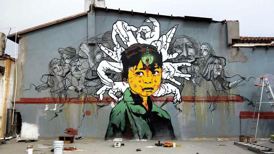 Alonso Delgadillo - Frente a la frontera - Rostro amarillo de un infante con personajes famosos detrás de él