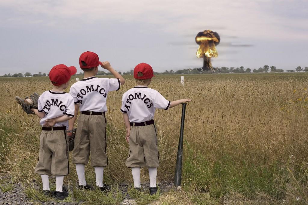 Daniela Edburg - Collage de fotografía con cuatro niños uniformados de beisbolistas viendo una explosión nuclear