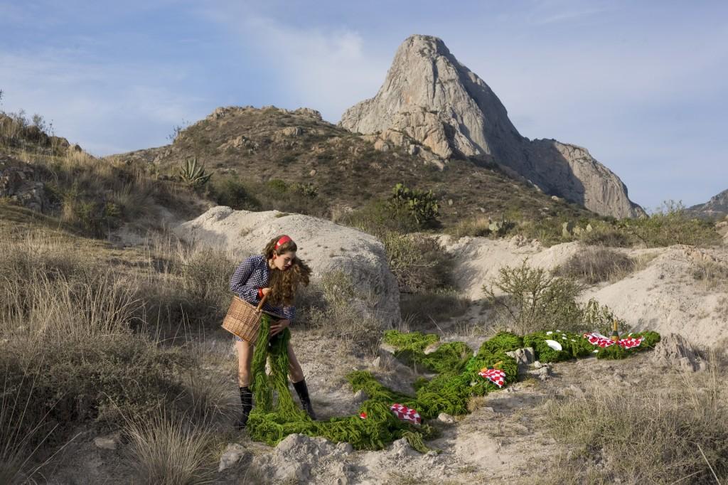 Daniela Edburg - fotografía de mujer sembrando forraje verde en un paisaje montañoso árido