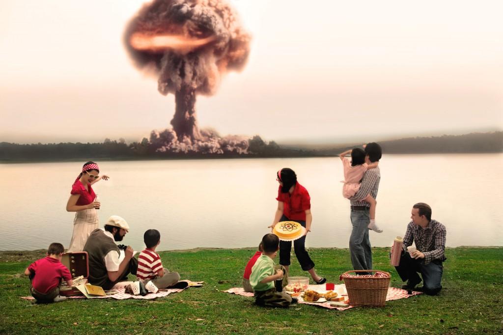 Daniela Edburg - Collage de fotografia de familia en picnic mientras estalla una bomba atómica