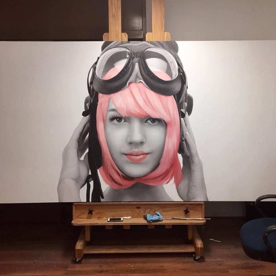 Juan Carlos Manjarrez - Retrato realista de mujer de cabello rosa con gogles sobre su cabeza
