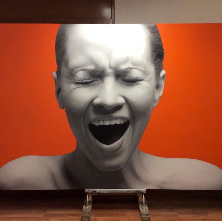Juan Carlos Manjarrez - Retrato realista de mujer haciendo una expresión desagradable por ser sorprendida