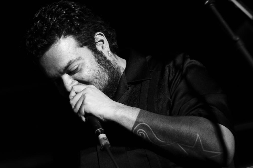 Pato Machete con micrófono en fotografía blanco y negro
