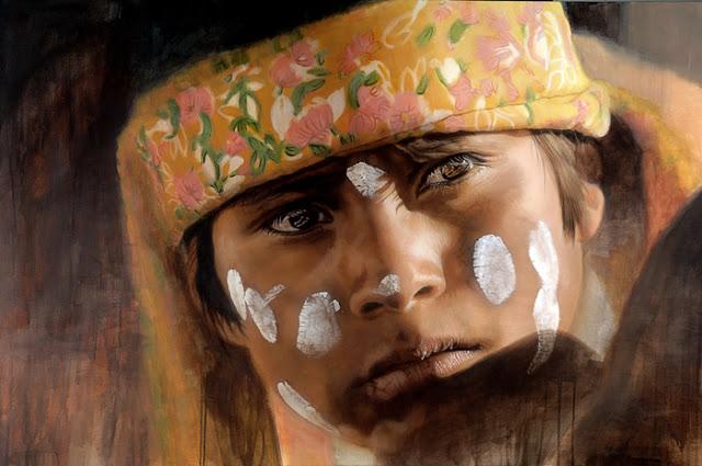 Patricia Guzmán - retrato hiperrealista de un indígena con puntos blancos pintados sobre su rostro