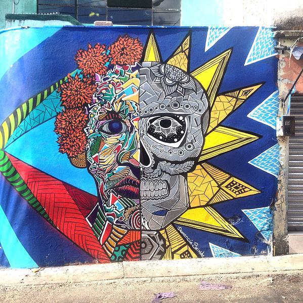 """Lilian Muñoz """"Demencia Beivide"""" - mural mitad calavera de día de muertos y mitad calavera real"""