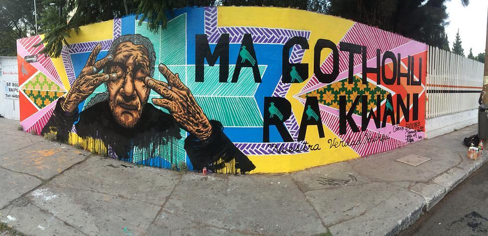 """Lilian Muñoz """"Demencia Beivide""""- mural con retrato de anciana con las manos en el rostro"""