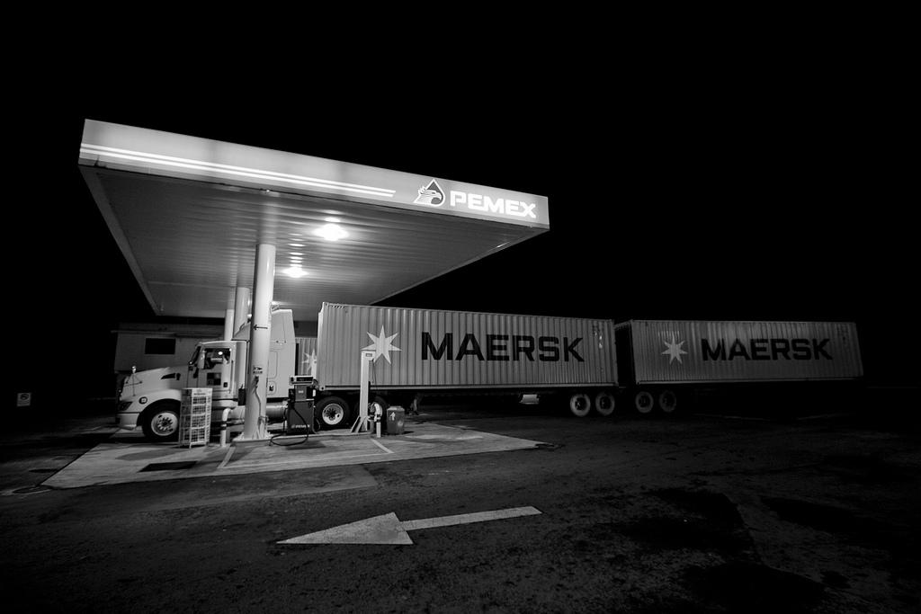 Roberto Flores Buck - Fotografía de un trailer estacionado en una gasolinera