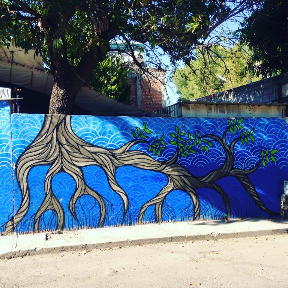 Ezequiel Frías Cheke - Mural de raíces de árbol sobre fondo azul
