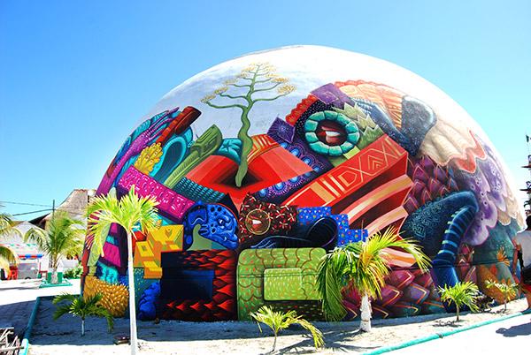 Raul Sisniega - Mural en un pabellón esférico con texturas y motivos mexicanos