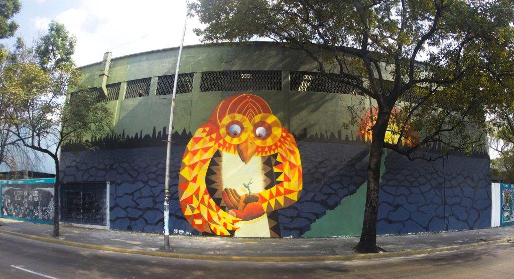 Raul Sisniega - Mural de un búho sujetando un pequeño retoño en la mano izquierda