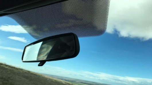 Точки на стекле автомобиля