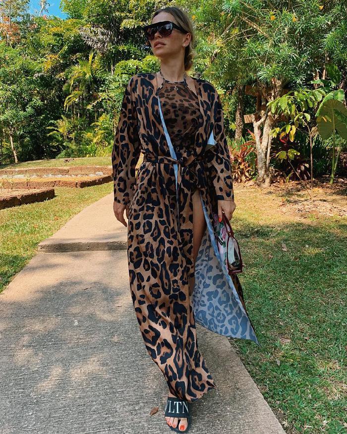 позирует в леопардовом купальнике и тунике