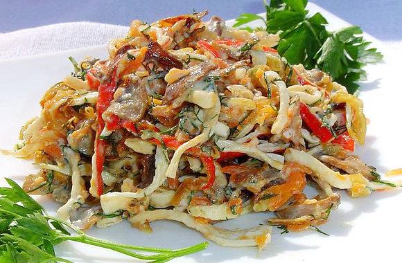 Салат с жареным яйцом и крабовыми палочками