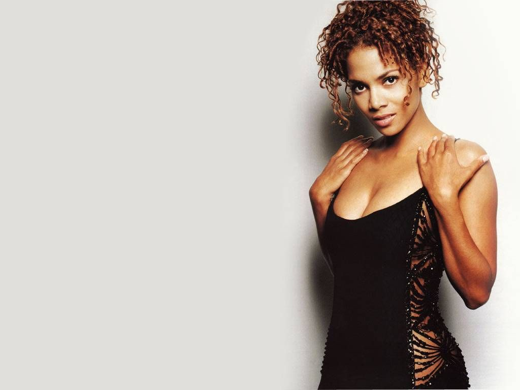 Halle-Berry-Sexy in Black