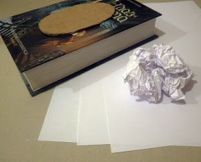 Картонный овал на обложке книги