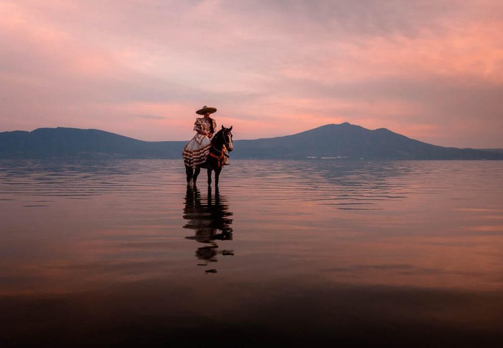 Jaqui Gómez riding her horse on Lake Chapala.
