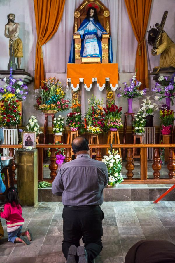 Man praying in la Iglesia de la Merced in Chiapas, Mexico