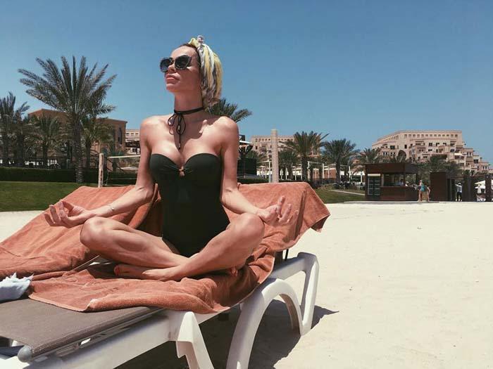 делает йогу на пляже