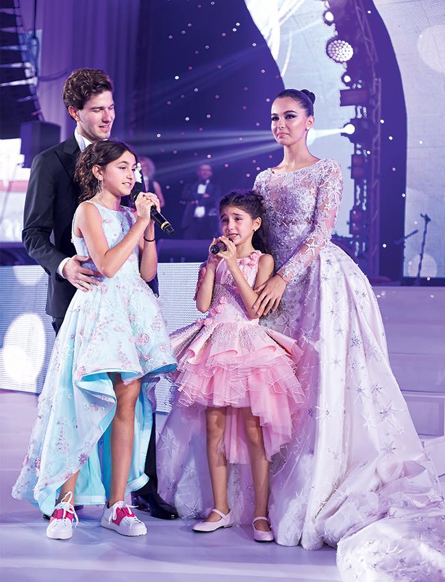 К свадьбе младшие сестры Сарины, Эммануэль иБеата, написали трогательную песню и исполнили ее