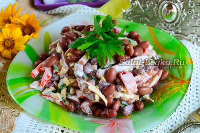 Салат с помидорами фасолью и ветчиной