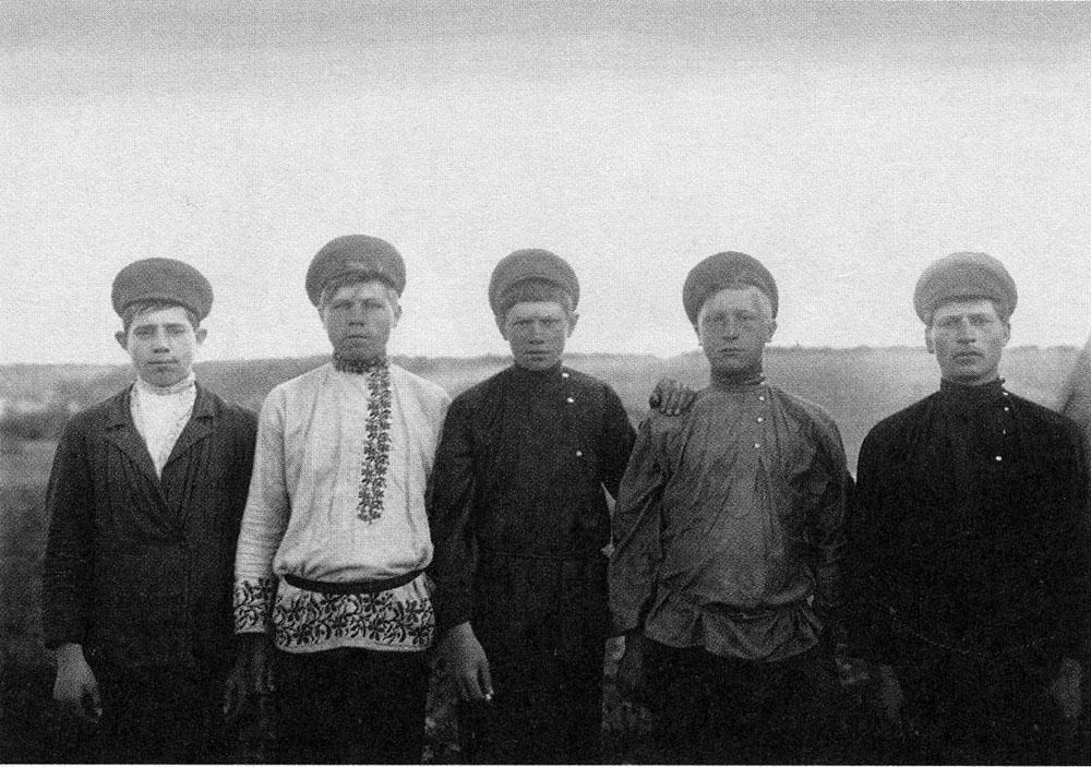 Деревенские парни. Ярославская губ. Начало ХХ в.