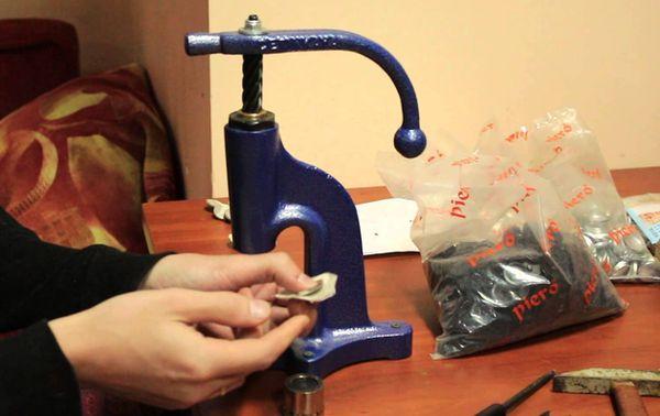 Станок для производства пуговиц